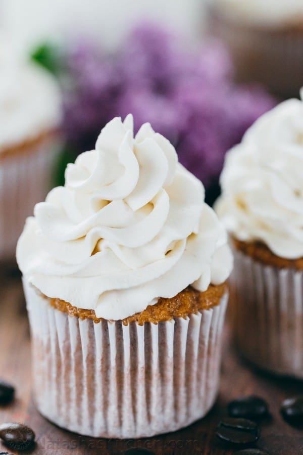 Cupcakes with Russian cream cheese frosting