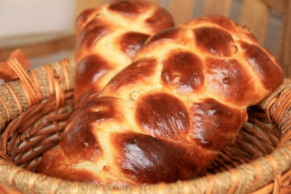 A basket with two Portuguese Easter breads