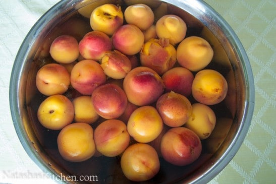 Peaches in a bowl filled with water