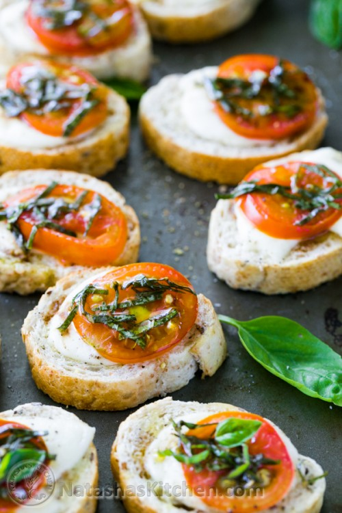 Caprese crostini canapes caprese salad baked sandwiches for Appetizer canape