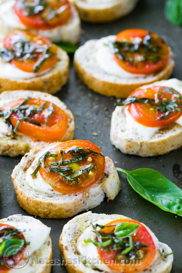 Caprese crostini canapes caprese salad baked sandwiches for Simple canape ideas