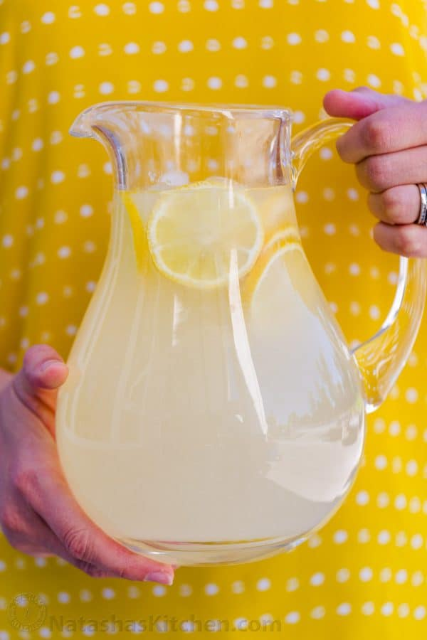 Storing fresh lemonade in pitcher