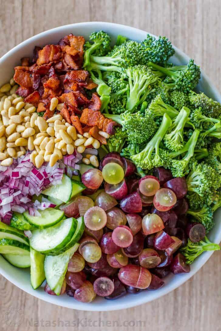 Cómo hacer ensalada de brócoli con todos los ingredientes dispuestos por separado en un tazón