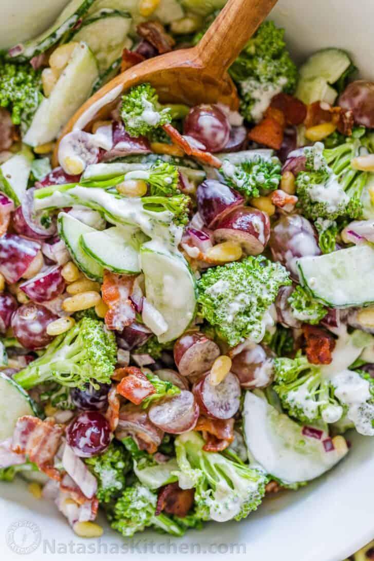 Prepare con anticipación la receta de ensalada mezclada con el aderezo justo antes de servir