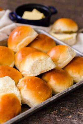 Rollitos de cena en una bandeja para hornear servidos con mantequilla