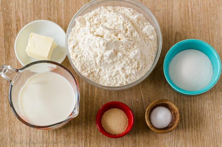 ingredientes para panecillos con harina, leche, mantequilla, sal, azúcar y levadura