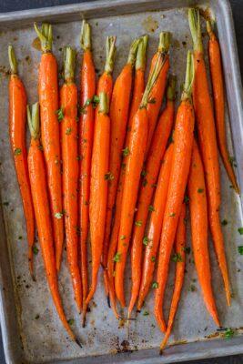 Receta de zanahorias asadas en una bandeja para hornear